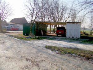 provisorischer Stall aus Containern